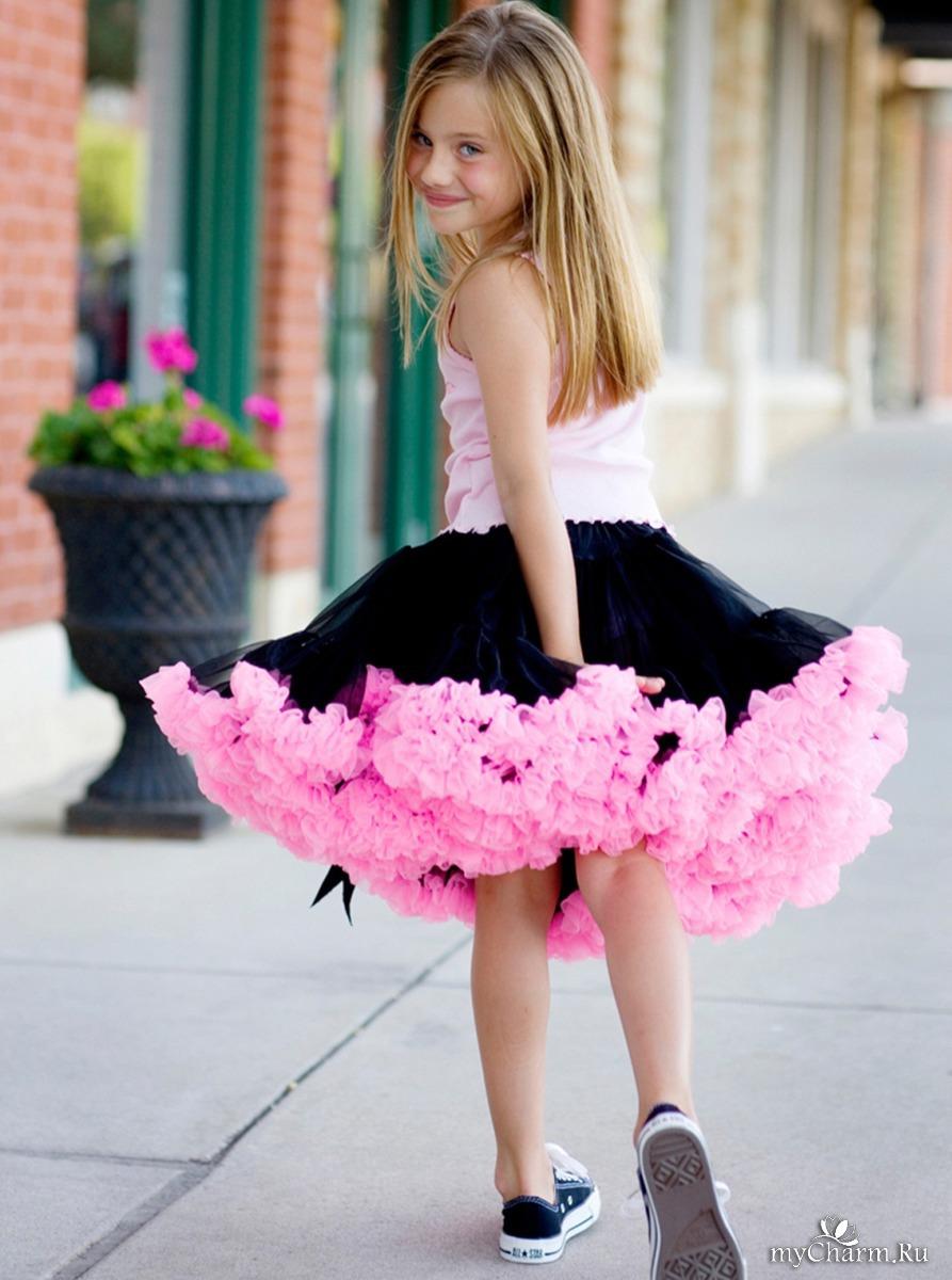 У маленькой девочки под юбкой 16 фотография