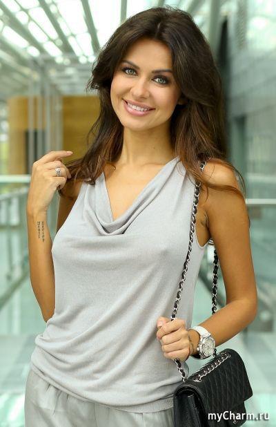 женщины в блузке без лифчика