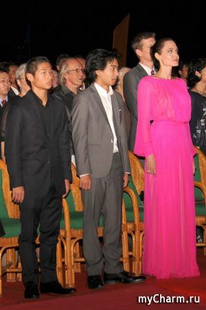Розовое платье и спина в татуировках – образ Джоли на премьере