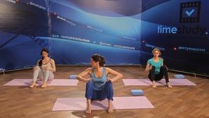 Йога для женщин. Урок для начинающих. Несложные упражнения. Видео. Для тех, кому скучно заниматься самому дома.