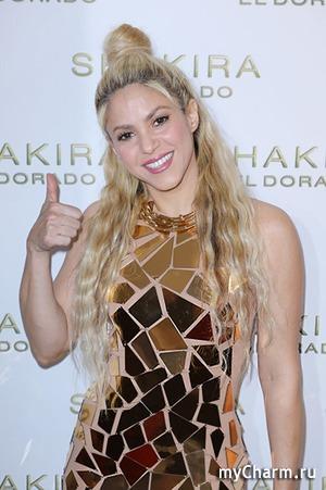 Необычное платье Шакиры с золотыми пластинами