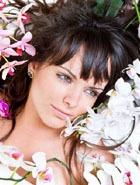Дама носит цветочные украшения для волос