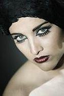 Эффектные тенденции в макияже: красные губы и накладные ресницы
