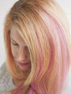 Новогодняя прическа: накладные цветные пряди