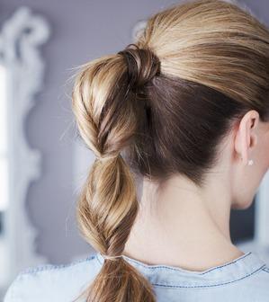 Полукосичка, полухвост – прическа подходит для грязных волос