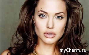 Опять Анджелина Джоли себе все удалила