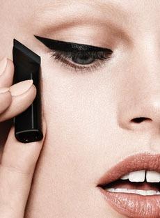 «Кошачий глаз» без ошибок: ещё одно приспособление для макияжа с подводкой