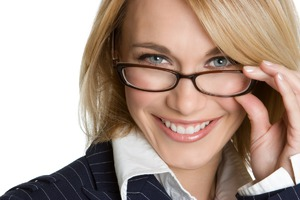 Новое исследование показывает: каждая пятая женщина в очках имеет более высокие шансы на флирт