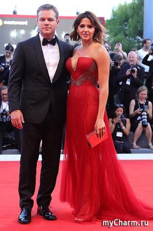 Невероятное красное платье жены Мэтта Деймона на открытии Венецианского фестиваля