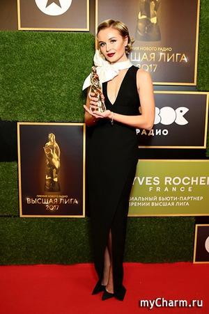 Полина Гагарина с оригинальным бантом на премии «Высшая лига»