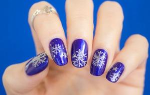 Маникюр со снежинками. Как рисовать снежинки на ногтях видео.
