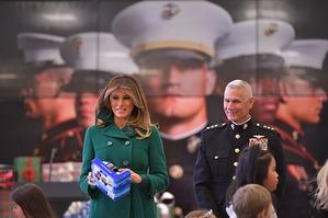 Стильная Мелания Трамп в Prada раздала подарки