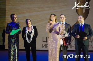 Алина Кабаева в сверкающем платье на открытии центра