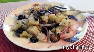 Салат из картофеля с маслинами и красным луком.