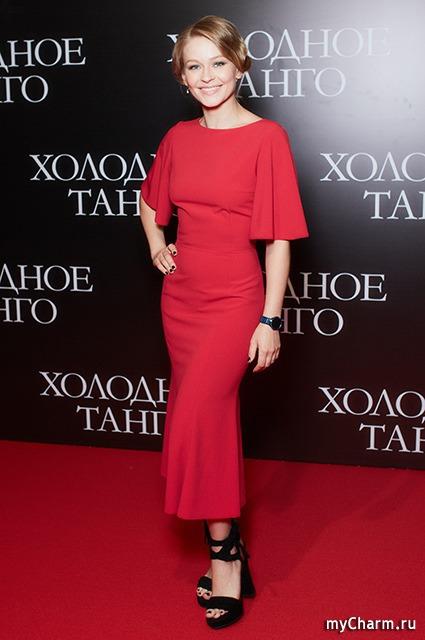 Ослепительная Юлия Пересильд в роскошном платье и на модных каблуках