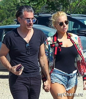 Леди Гага помолвлена