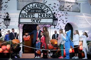 Дональд и Мелания Трамп раздали детям конфеты на Хэллоуин