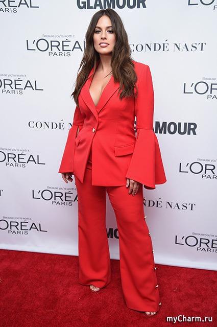 Ослепительная Эшли Грэм в красном костюме на премии «Женщина года»