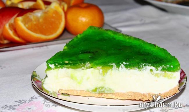 Творожный торт без выпечки с киви.