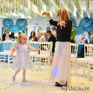 Алла Пугачева танцует вместе с дочкой Лизой