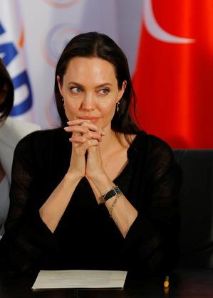 Анджелина Джоли зла на Амаль Клуни