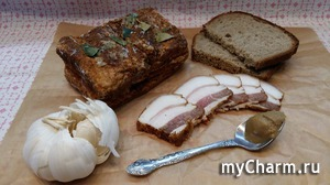 Сало соленое с паприкой, красным перцем и лавровым листом.