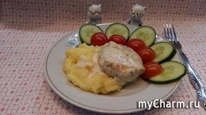 Биточки куриные с творогом, зеленью в сливочном соусе.