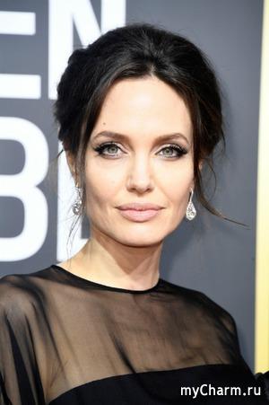 На «Золотом глобусе» Анджелина Джоли превратилась в черного лебедя