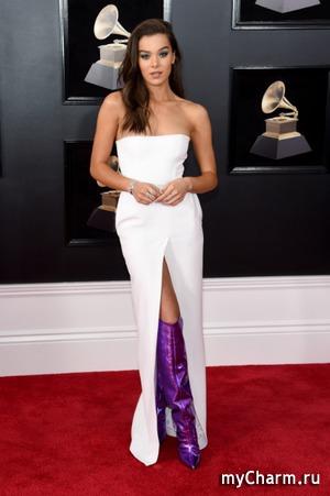 Стиль «Грэмми»: белое платье и фиолетовые ботфорты