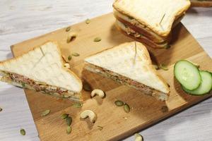 Клаб-сэндвич с тунцом. Вкусный бутерброд с тунцом, яйцом и орешками.