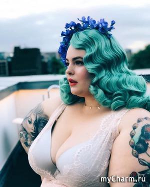 Тесс Холлидей покрасила волосы в интересный оттенок