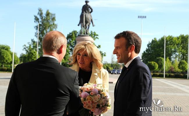 Путин подарил Брижит Макрон розы