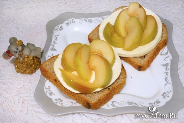 Тосты с сыром и карамельными яблоками