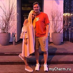 Лера Кудрявцева умещается в кроватке дочки