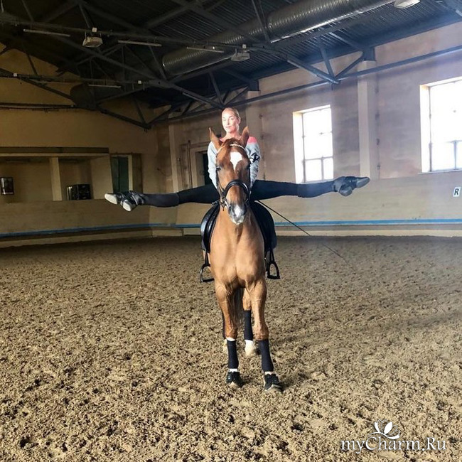 Анастасия Волочкова продемонстрировала шпагат верхом на лошади