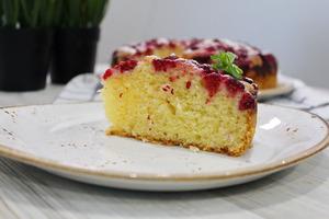 Творожный пирог с малиной.