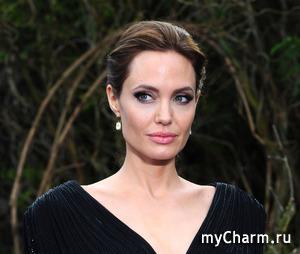 У Анджелины Джоли завязался роман с женщиной