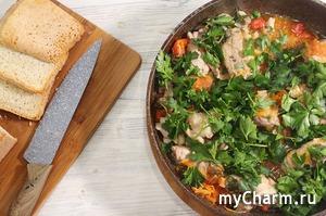 Мясные рулетики с овощами на сковороде