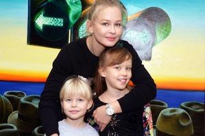 Юлия Пересильд объяснила, почему ее дочки не носят отцовскую фамилию