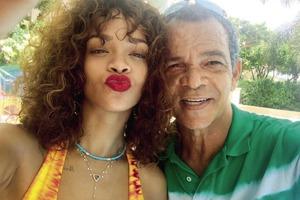 Рианна подала в суд на отца