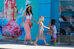 Сыновья Меган Фокс вышли на прогулку с родителями в девичьих нарядах