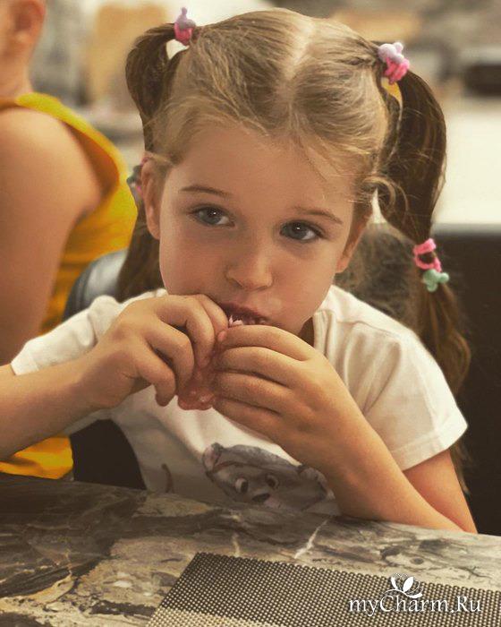 Ксения Бородина не запрещает собственным детям есть конфеты и сосиски