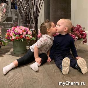 Сын Ксении Собчак приударил за красивой девочкой