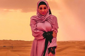 Анфиса Чехова примерила розовый хиджаб в пустыне
