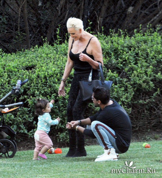 Бригитта Нильсен разгуливает в откровенных нарядах вместе с малышкой дочерью и молодым мужем