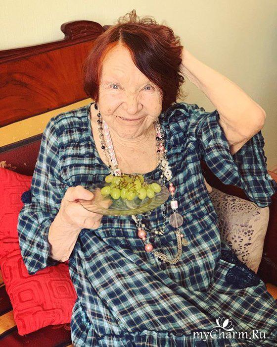 Бабушка Ивана Урганта иронично отреагировала на просьбу внука накраситься в честь собственного юбилея