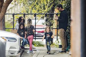 Сын Меган Фокс был замечен на улице в розовых лосинах