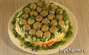 Слоеный салат «Грибная поляна» с шампиньонами и курицей.