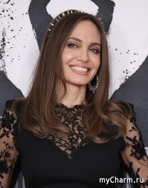 Анджелина Джоли в новой роли испугала поклонников своей худобой и бледностью