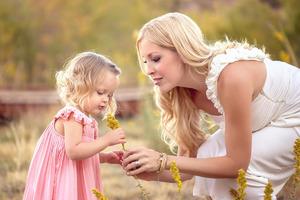 Девочки, забытые на сквозняке, или как наши бабушки недолюбили наших мам